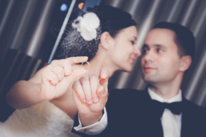 Fotografia ślubna - romantyczne zdjęcie z obrączkami