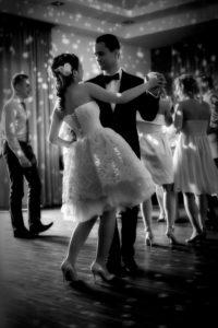 Fotografia ślubna - romantyczne zdjęcie tańczącej pary młodej
